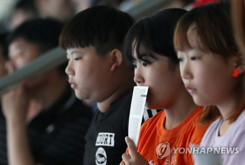 Young fans take in the action in the preliminary of the women's synchronized 3m springboard at the FINA World Championships at Nambu University Municipal Aquatics Center in Gwangju, 330 kilometers south of Seoul, on July 15, 2019. (Yonhap)