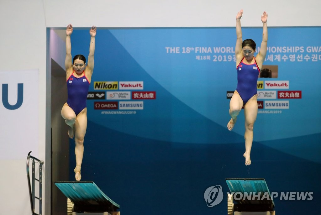 South Korean divers Kim Su-ji (L) and Cho Eun-bi performs during the final of the women's synchronized 3m springboard at the FINA World Championships at Nambu University Municipal Aquatics Center in Gwangju, 330 kilometers south of Seoul, on July 15, 2019. (Yonhap)