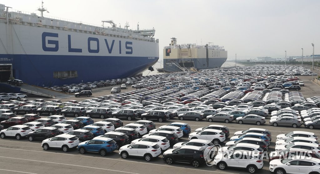 In this photo taken July 22, 2019, Hyundai vehicles are lined up to be shipped on a roll-on/roll-off cargo vessel at a port belonging to Hyundai Motor Co. in Ulsan, 410 kilometers southeast of Seoul. (Yonhap)