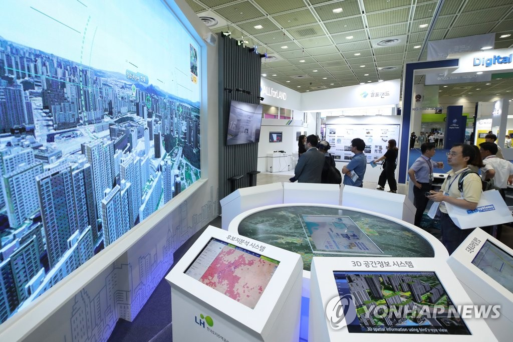 In this file photo taken Aug. 7, 2019, a citizen looks at a geographic information system displayed at the 2019 Smart Geo Expo in Seoul. (Yonhap)