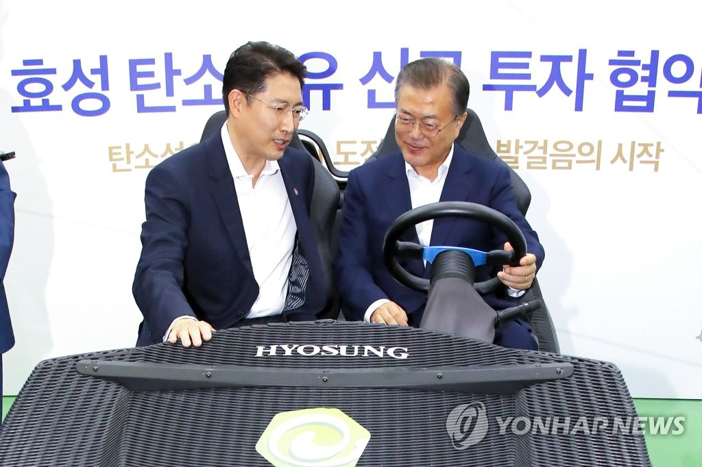 President Moon Jae-in (R) talks with Chairman Cho Hyun-Joon of the Hyosung group during an event on the conglomerate's plan to expand investment in carbon fiber production. It was held in Jeonju, North Jeolla Province, on Aug. 20, 2019. (Yonhap)