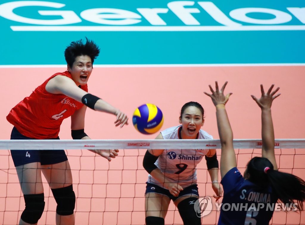 Kim Hee-jin of South Korea (L) hits a spike against Thailand during the teams' second-round match at the Asian Women's Volleyball Championship at Jamsil Arena in Seoul on Aug. 23, 2019. (Yonhap)