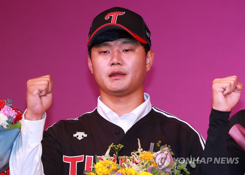 Infielder Son Ho-young poses for photos after being selected 23rd overall by the LG Twins in the Korea Baseball Organization draft in Seoul on Aug. 26, 2019. (Yonhap)