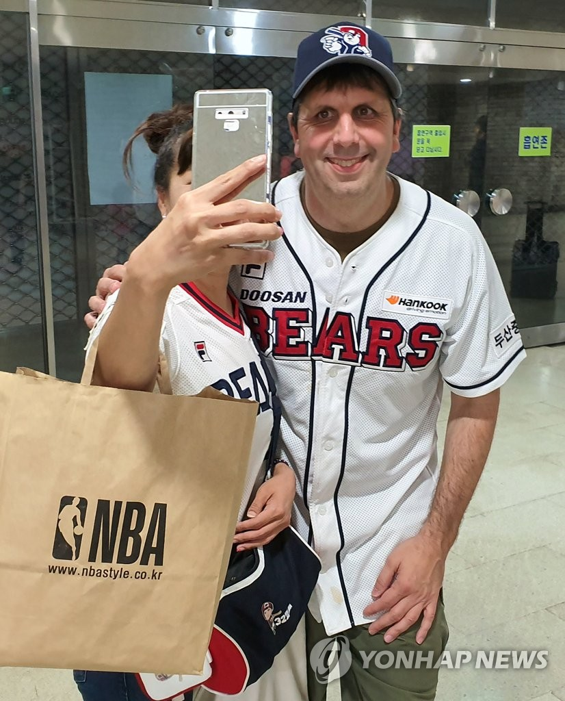 In this file photo from Aug. 27, 2019, Mark Lippert, former U.S. ambassador to South Korea, poses for a selfie with a fan at Jamsil Stadium in Seoul after watching a Korea Baseball Organization regular season game between the home team Doosan Bears and the SK Wyverns. (Yonhap)