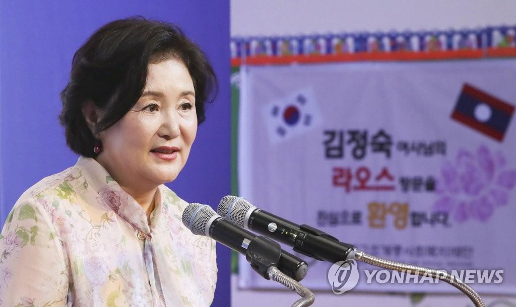 비엔티안 국립아동병원에서 인사말하는 김정숙 여사