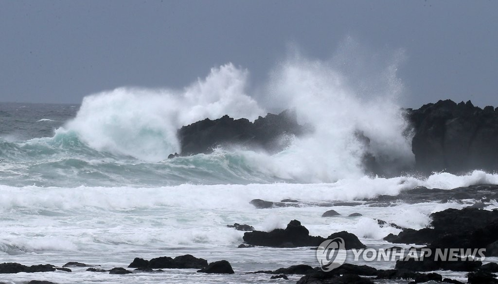 Strong waves crash on rocks off of Jeju Island on Sept. 6, 2019, as Typhoon Lingling approached. (Yonhap)