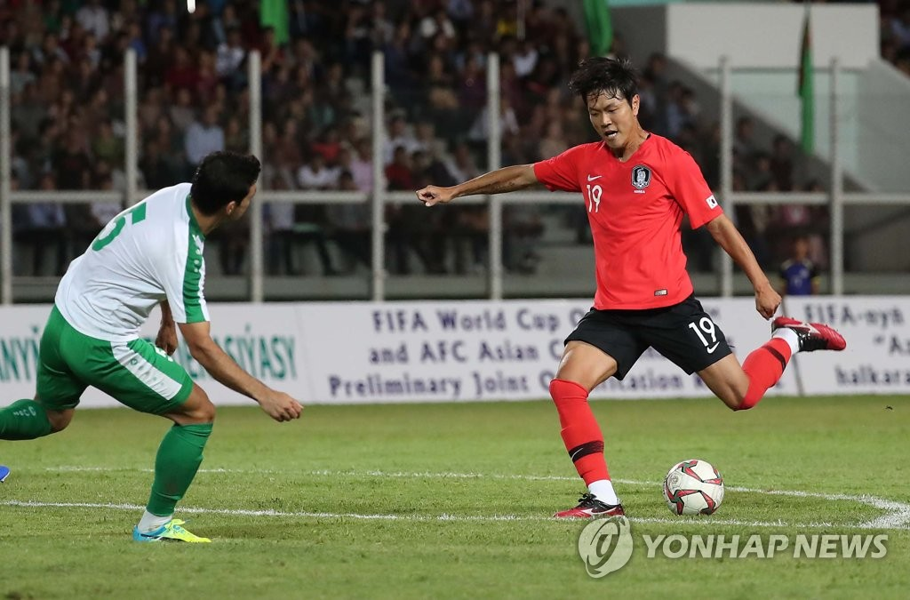 Kim Young-gwon of South Korea (R) tries to take a shot past Wezirgeldi Ylyasow of Turkmenistan during the teams' Group H match in the second round of the Asian qualification for the 2022 FIFA World Cup at Kopetdag Stadium in Ashgabat, Turkmenistan, on Sept. 10, 2019. (Yonhap)