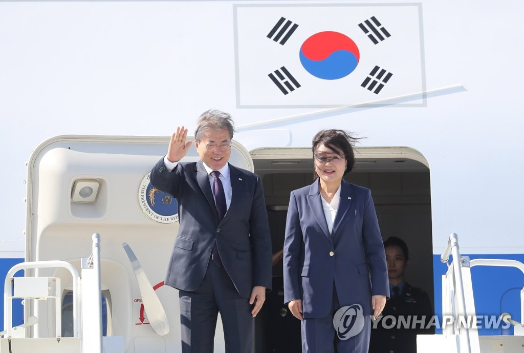 South Korean President Moon Jae-in waves upon arrival at a New York airport, along with first lady Kim Jung-sook, on Sept. 23, 2019. (Yonhap)