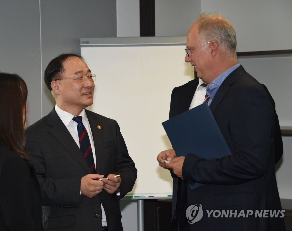 South Korean Finance Minister Hong Nam-ki (L) talks with Kirill Dmitriev, the head of the Russia Direct Investment Fund, in Moscow on Sept. 26, 2019, in this photo released by the Ministry of Economy and Finance. (PHOTO NOT FOR SALE)(Yonhap)