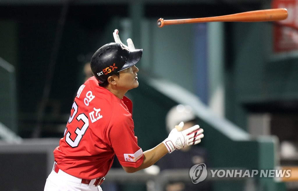 Bae Young-seop of the SK Wyverns tosses his bat after hitting a two-run single against the Hanwha Eagles in the top of the second inning of a Korea Baseball Organization regular season game at Hanwha Life Eagles Park in Daejeon, 160 kilometers south of Seoul, on Sept. 30, 2019. (Yonhap)