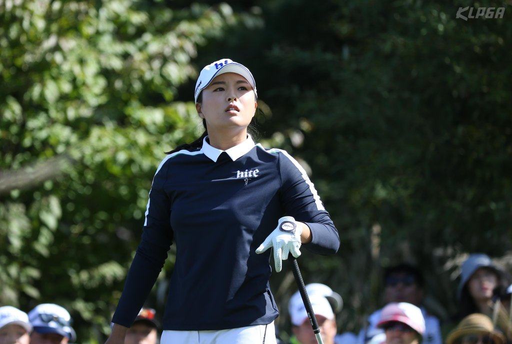 In this photo provided by the Korea LPGA (KLPGA), Ko Jin-young of South Korea watches her tee shot at the third hole during the final round of the Hite Jinro Championship on the KLPGA Tour at the Blue Heron Golf Club in Yeoju, 100 kilometers south of Seoul, on Oct. 13, 2019. (PHOTO NOT FOR SALE) (Yonhap)