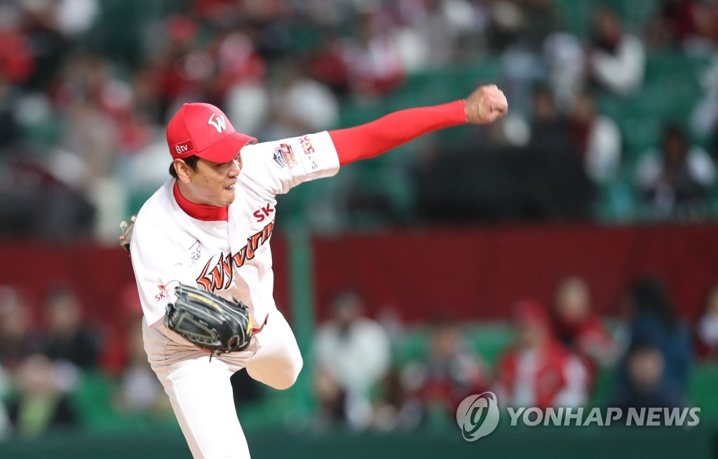 In this file photo from Oct. 14, 2019, Kim Kwang-hyun of the SK Wyverns pitches against the Kiwoom Heroes in Game 1 of the second-round Korea Baseball Organization (KBO) playoff series at SK Happy Dream Park in Incheon, 40 kilometers west of Seoul. (Yonhap)