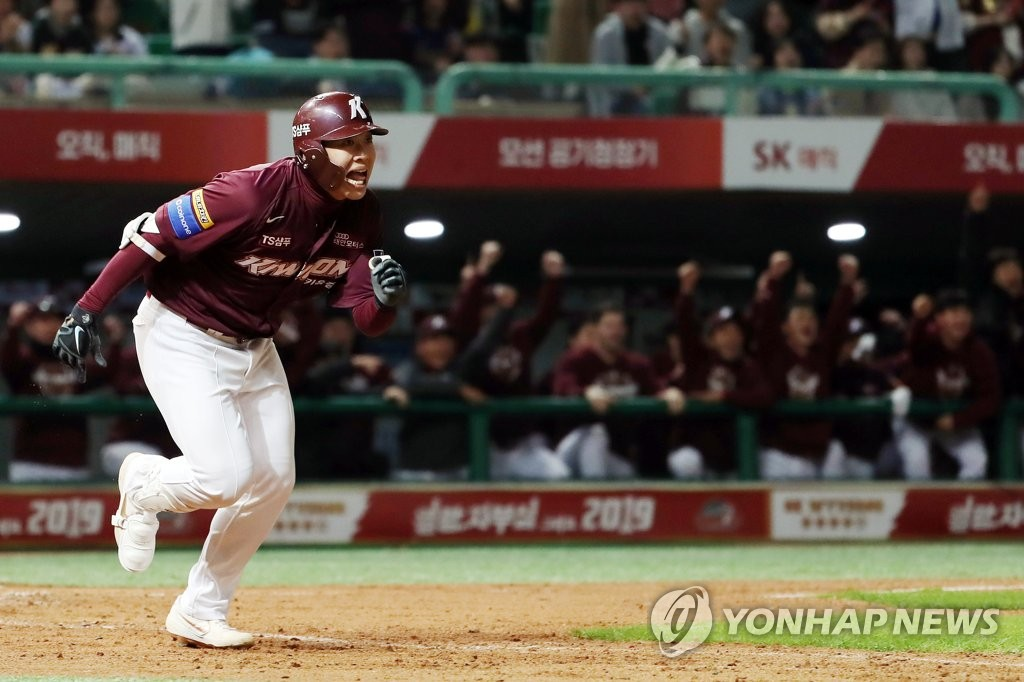 Song Sung-mun of the Kiwoom Heroes heads to first base after his pinch-hit double against the SK Wyverns in the top of the eighth inning of Game 2 of the second round Korea Baseball Organization (KBO) playoff series at SK Happy Dream Park in Incheon, 40 kilometers west of Seoul, on Oct. 15, 2019. (Yonhap)