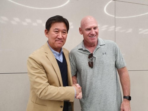 Matt Williams (R), new manager of the Kia Tigers in the Korea Baseball Organization, shakes hands with his general manager, Cho Kye-hyun, after arriving at Incheon International Airport on Oct. 17, 2019. (Yonhap)