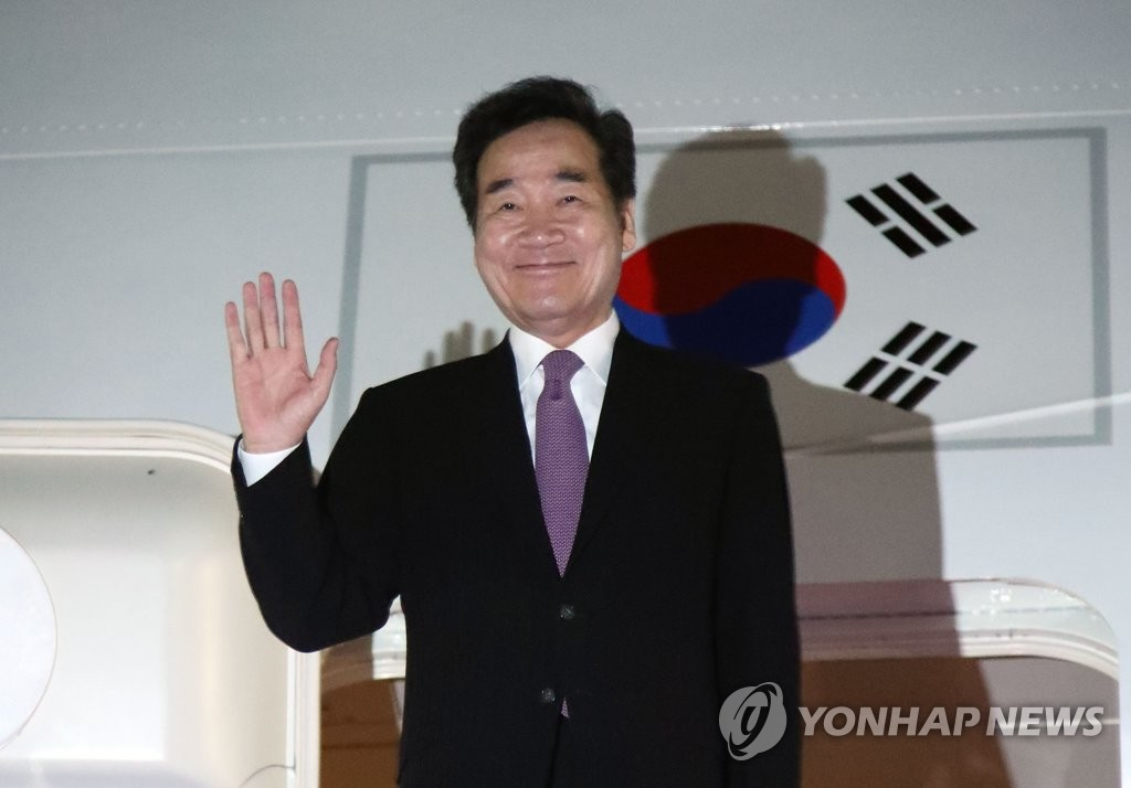 South Korean Prime Minister Lee Nak-yon waves on a presidential airplane at Seoul Air Base in Seongnam, south of Seoul, on Oct. 22, 2019, before he leaves for Japan to attend the Japanese emperor's enthronement ceremony. (Yonhap)