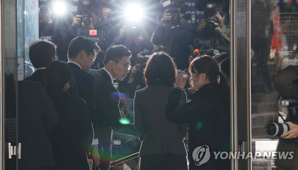 Chung Kyung-sim (C), the wife of former Justice Minister Cho Kuk, appears at the Seoul Central District Court in southern Seoul on Oct. 23, 2019, for a hearing that will decide whether an arrest warrant for her will be issued. (Yonhap)