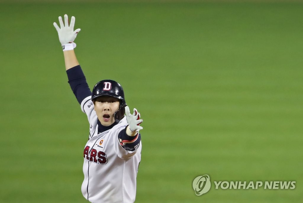 Park Kun-woo of the Doosan Bears celebrates his ninth-inning, walk-off hit against the Kiwoom Heroes in Game 2 of the Korean Series at Jamsil Stadium in Seoul on Oct. 23, 2019. The Bears won the game 6-5. (Yonhap)