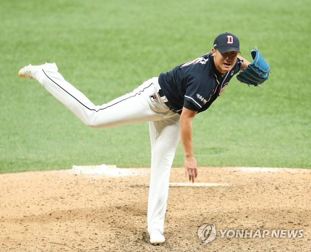 Lee Yong-chan of the Doosan Bears pitches against the Kiwoom Heroes in the bottom of the ninth inning of Game 4 of the Korean Series at Gocheok Sky Dome in Seoul on Oct. 26, 2019. (Yonhap)