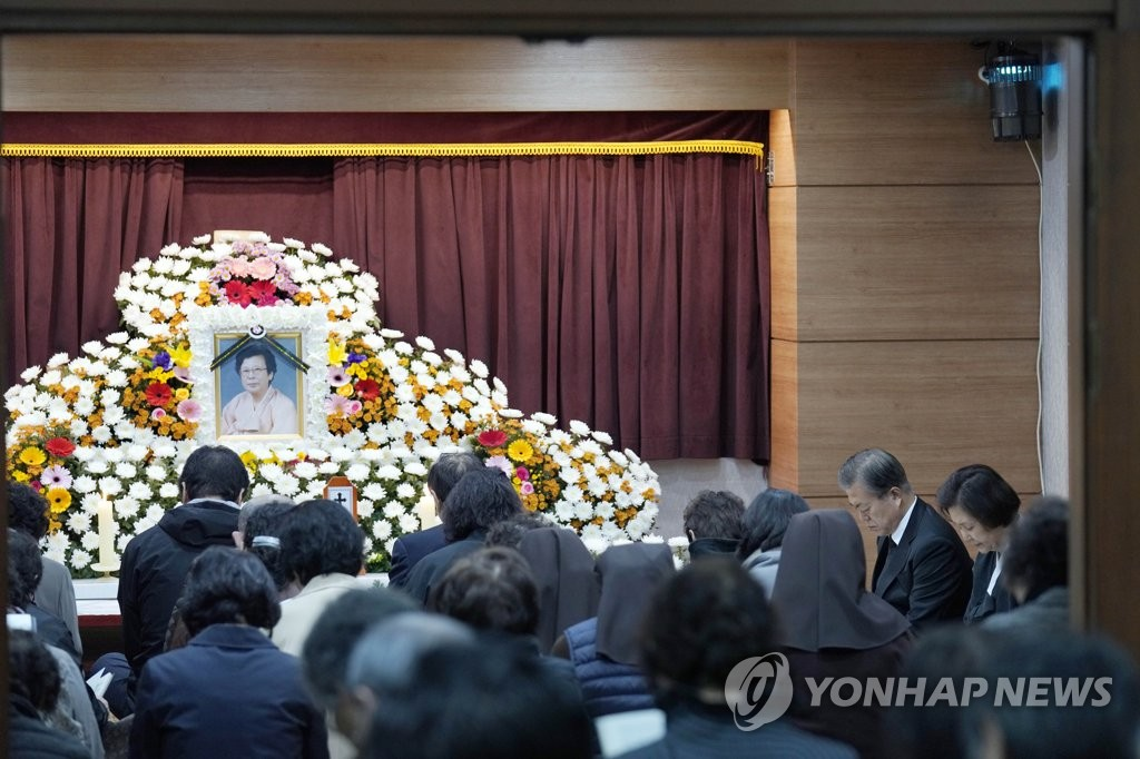 President Moon Jae-in and first lady Kim Jung-sook attend a memorial Mass for his mother at Namcheon Catholic Cathedral in Busan on Oct. 30, 2019, in this photo provided by Cheong Wa Dae. (PHOTO NOT FOR SALE) (Yonhap)