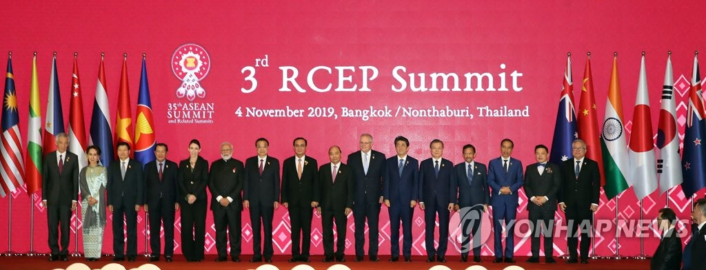 The leaders of the ASEAN member states and its dialogue partners pose for photos at the Regional Comprehensive Economic Partnership (RCEP) summit in Bangkok on Nov. 4, 2019. (Yonhap)