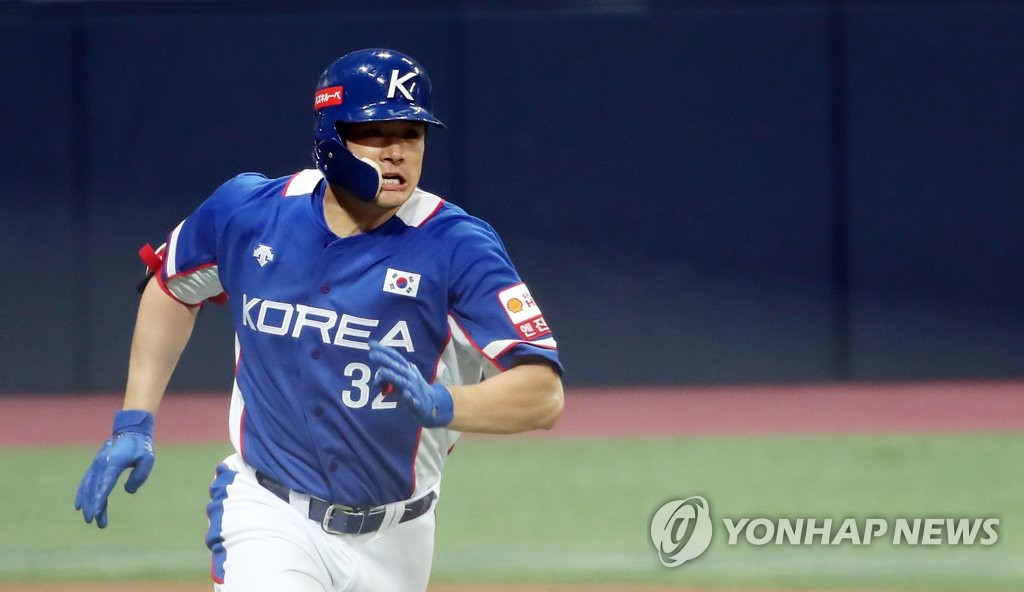 Kim Jae-hwan of South Korea runs to first base after hitting a two-run single against Canada in the top of the sixth inning of the teams' Group C game at Gocheok Sky Dome in Seoul on Nov. 7, 2019. (Yonhap)