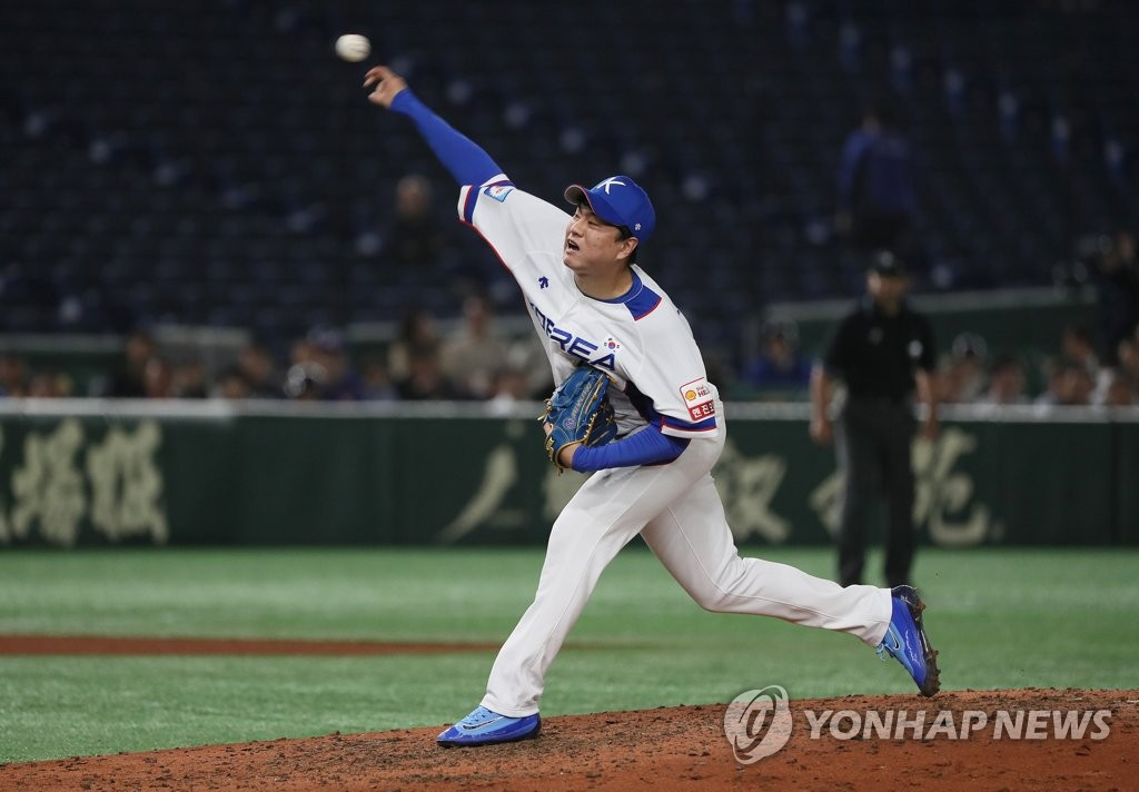Lee Young-ha of South Korea pitches against the United States in the top of the seventh inning of the teams' Super Round game at the World Baseball Softball Confederation (WBSC) Premier12 at Tokyo Dome in Tokyo on Nov. 11, 2019. (Yonhap)