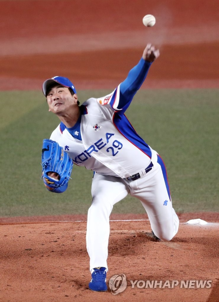 In this file photo from Nov. 12, 2019, Kim Kwang-hyun of South Korea pitches against Chinese Taipei during the teams' Super Round game at the World Baseball Softball Confederation (WBSC) Premier12 at ZOZO Marine Stadium in Chiba, Japan. (Yonhap)