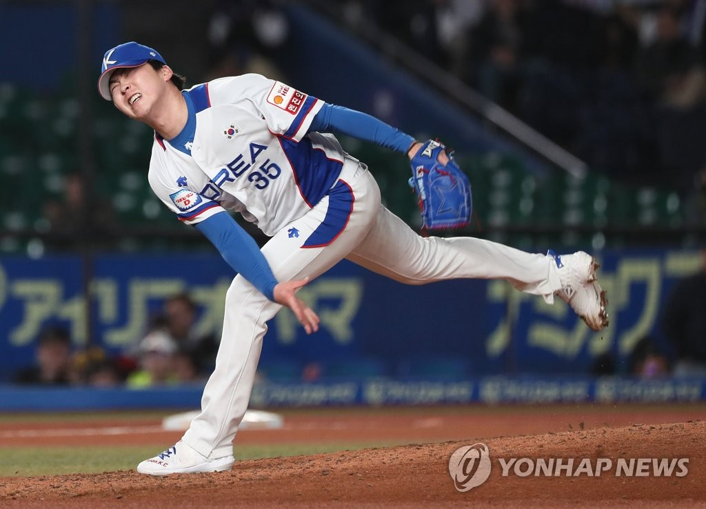 Moon Kyeong-chan of South Korea pitches against Chinese Taipei in the top of the ninth inning of the teams' Super Round game at the World Baseball Softball Confederation (WBSC) Premier12 at ZOZO Marine Stadium in Chiba, Japan, on Nov. 12, 2019. (Yonhap)