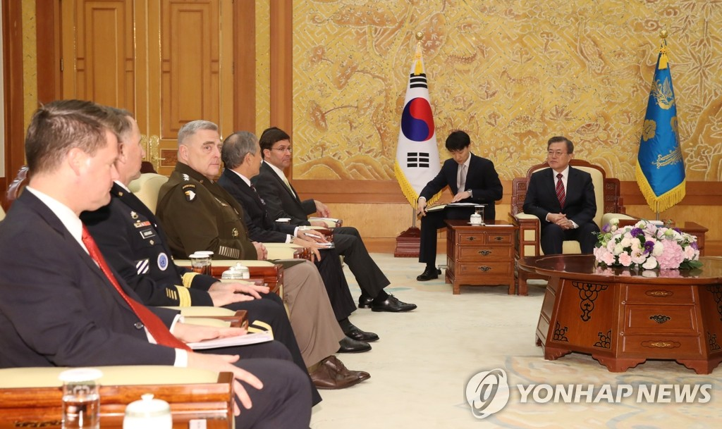 President Moon Jae-in (R) talks with a group of top U.S. security officials at Cheong Wa Dae on Nov. 15, 2019. (Yonhap)