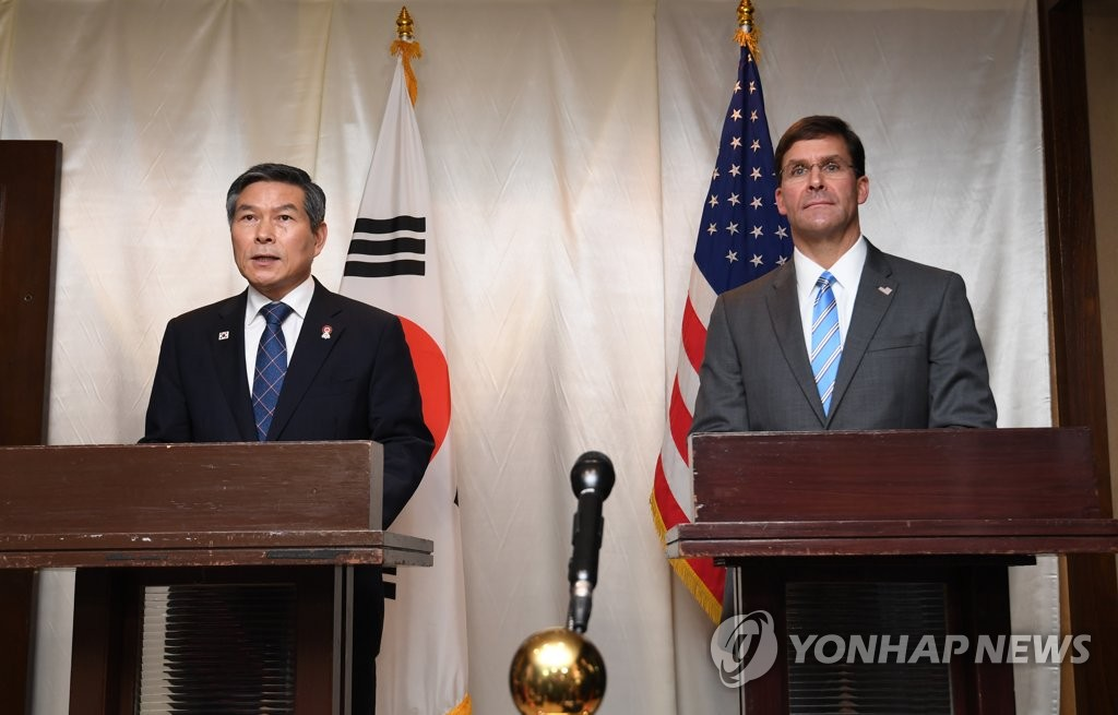 This photo shows South Korean Defense Minister Jeong Kyeong-doo (L) and U.S. Defense Secretary Mark Esper at a joint press conference in Bangkok on Nov. 17, 2019. (Yonhap)