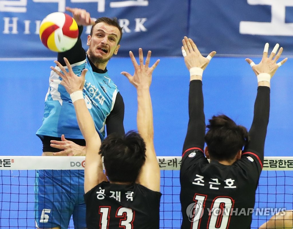 In this file photo from Nov. 17, 2019, Andrea Santangelo of the Samsung Fire & Marine Insurance Bluefangs (L) hits a spike against the Kepco Vixtorm in a men's V-League match at Suwon Gymnasium in Suwon, 45 kilometers south of Seoul. (Yonhap)