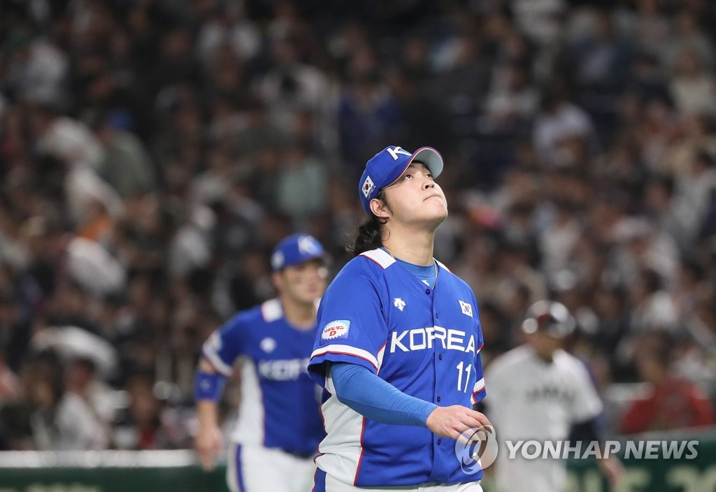 Cho Sang-woo of South Korea walks off the mound after giving up a run against Japan in the bottom of the seventh inning In the final of the World Baseball Softball Confederation (WBSC) Premier12 at Tokyo Dome in Tokyo on Nov. 17, 2019. (Yonhap)