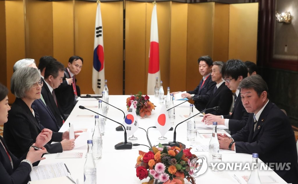 Foreign Minister Kang Kyung-wha (2nd from L) sit down for talks with her Japanese counterpart, Toshimitsu Motegi (R) on the margins of the Group of 20 nations foreign ministerial meeting in Nagoya, Japan, on Nov. 23, 2019. (Yonhap)