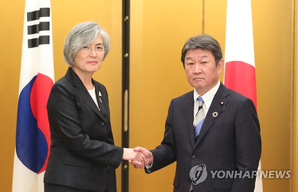 South Korean Foreign Minister Kang Kyung-wha (L) holds talks with her Japanese counterpart, Toshimitsu Motegi, in Nagoya, Japan, on the sidelines of a foreign ministers' meeting of G-20 countries on Nov. 23, 2019. (Yonhap)