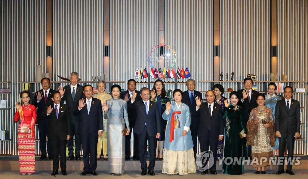 South Korean President Moon Jae-in and leaders from the Association of Southeast Asian Nations pose before a dinner at their summit in the southeastern city of Busan on Nov. 25, 2019. From left in the front row are Myanmar State Counsellor Aung San Suu Kyi, Sultan of Brunei Hassanal Bolkiah, Thai Prime Minister Prayut Chan-o-cha and his wife, Moon and first lady, Kim Jung-sook, Vietnamese Prime Minister Nguyen Xuan Phuc (R) and his wife, Indonesian President Joko Widodo and his wife. From left in the back row are Cambodian Deputy Prime Minister and Foreign Minister Prak Sokhonn, Singaporean Prime Minister Lee Hsien Loong and his wife, Philippine President Rodrigo Duterte and his wife, Malaysian Prime Minister Mahathir Mohamad and his wife, and Laos Prime Minister Thongloun Sisoulith and his wife. (Yonhap)