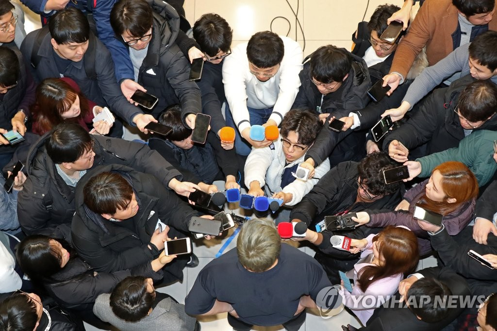 Ryu Hyun-jin (bottom, C), South Korean pitcher for the Toronto Blue Jays, is surrounded by reporters at Incheon International Airport in Incheon, just west of Seoul, on Dec. 30, 2019. (Yonhap)
