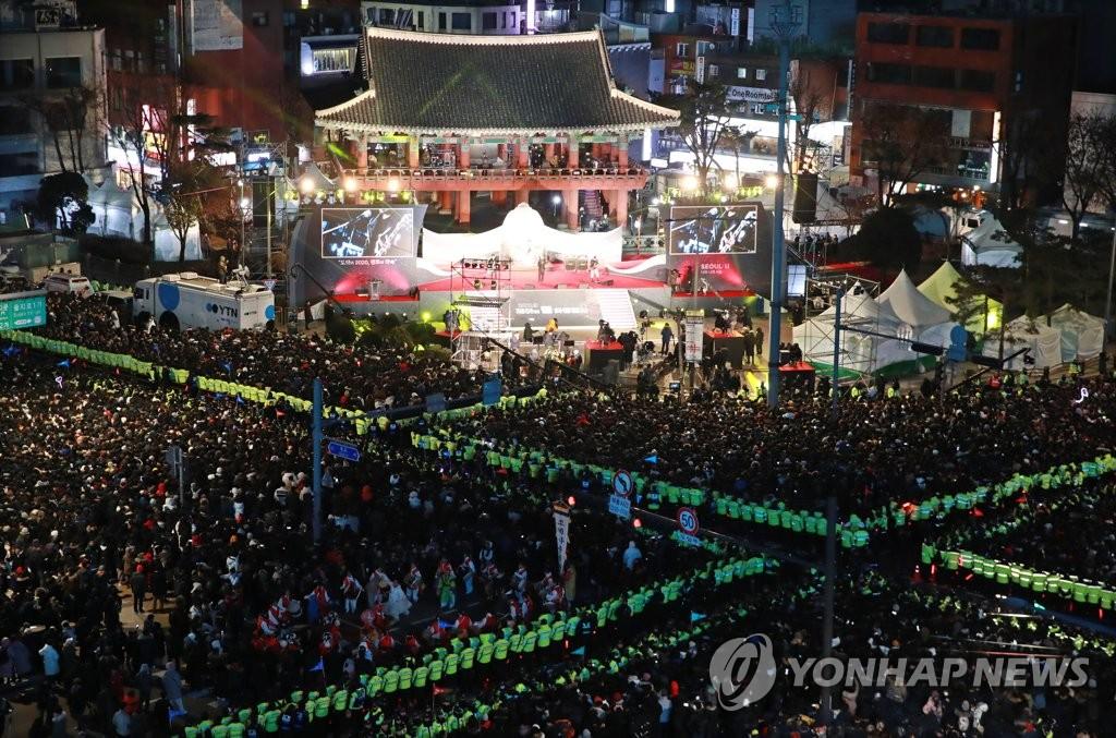 새해맞이 인파로 가득한 보신각 2019년 마지막 날인 31일 밤 서울 종로구 보신각 앞을 가득 메운 시민들이 제야의 종 타종 행사를 기다리고 있다.