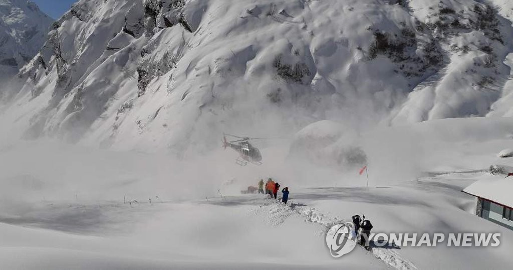 This photo provided by Mountain Korea, a South Korean monthly, captures trapped South Korean and Chinese trekkers being rescued by a helicopter near the base camp of Machapuchare, a mountain in Annapurna north of Nepal, on Jan. 18, 2020. (PHOTO NOT FOR SALE) (Yonhap)