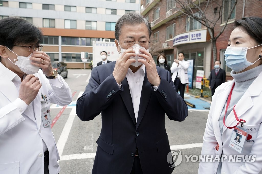 President Moon Jae-in (C) wears a face mask before entering the National Medical Center in Seoul to inspect its response to the outbreak of a new coronavirus on Jan. 28, 2020, in this photo released by Cheong Wa Dae. (PHOTO NOT FOR SALE) (Yonhap)