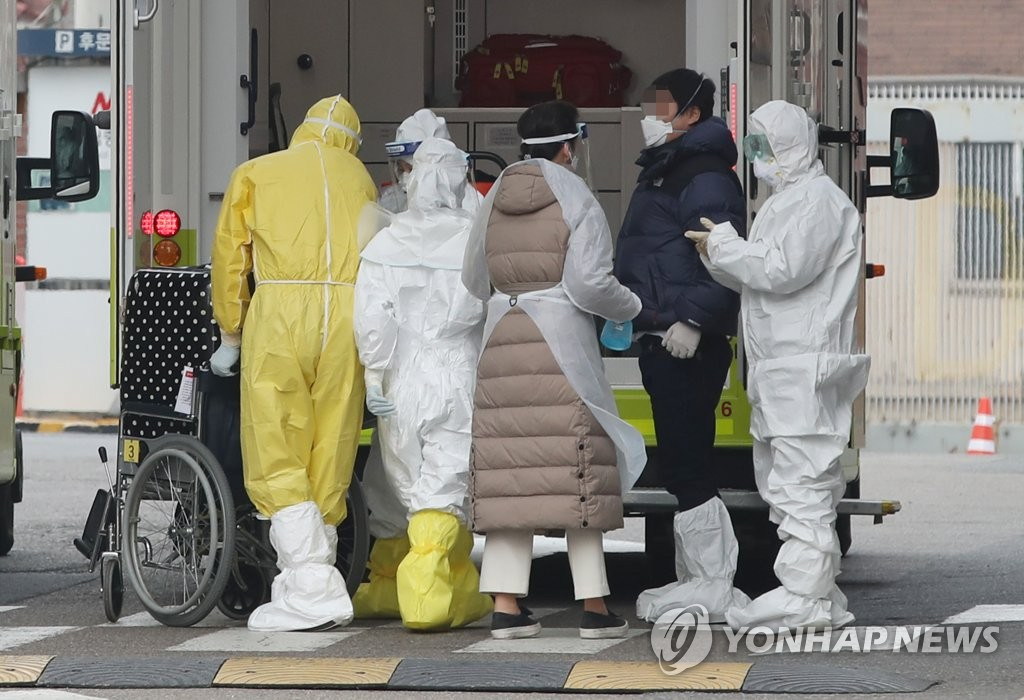 A South Korean man, who was among passengers airlifted on a chartered plane from Wuhan, China, and showed signs of illness, arrives at the National Medical Center in Seoul on Feb. 1, 2020. (Yonhap)