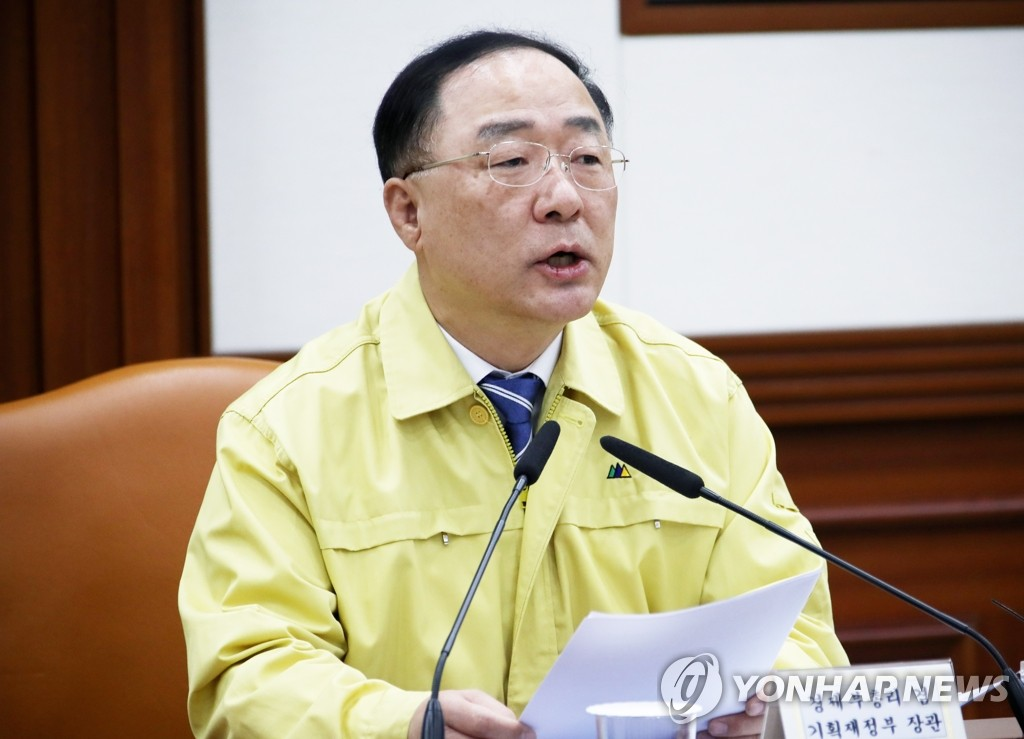 Finance Minister Hong Nam-ki speaks at a meeting with economic ministers on Feb. 7, 2020. (Yonhap)