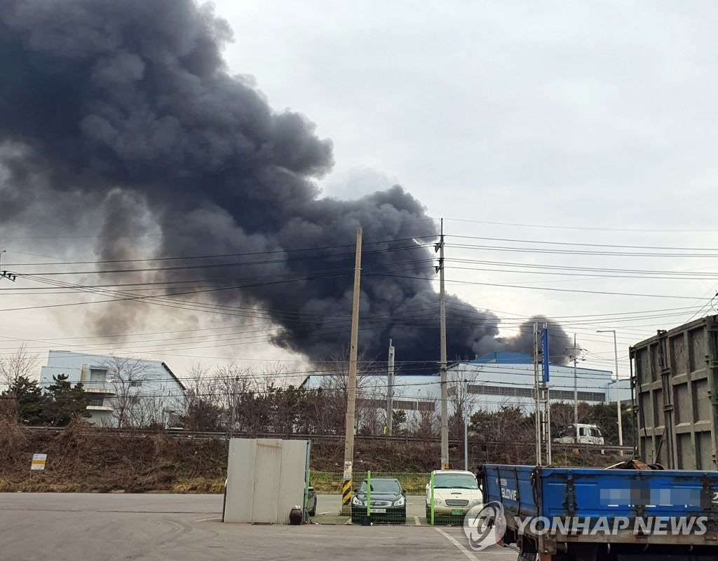 Smoke billows from a steel plant operated by KG Dongbu Steel in Dangjin, 123 km south of Seoul on Feb. 15, 2020. This photo was provided by the Dangjin City government. (PHOTO NOT FOR SALE) (Yonhap)