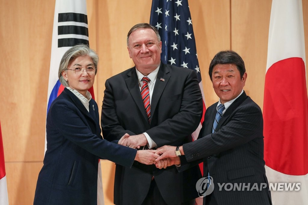 Foreign Minister Kang Kyung-wha (L) and her U.S. and Japanese counterparts, Mike Pompeo (C) and Toshimitsu Motegi, respectively, pose for a photo before their talks in Munich, Germany, on Feb. 15, 2020, on the sidelines of a security forum there. This photo was provided by Kang's ministry. (PHOTO NOT FOR SALE) (Yonhap)