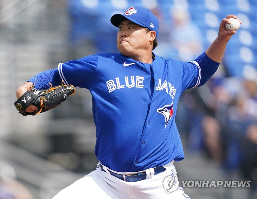 In this file photo, from Feb. 28, 2020, Ryu Hyun-jin of the Toronto Blue Jays pitches in a spring training game against the Minnesota Twins at TD Ballpark in Dunedin, Florida. (Yonhap)