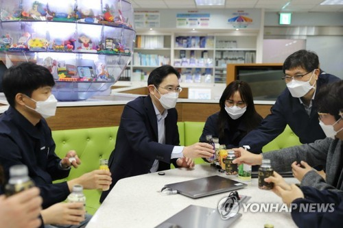 Samsung heir visits display plant in S. Korea amid virus crisis