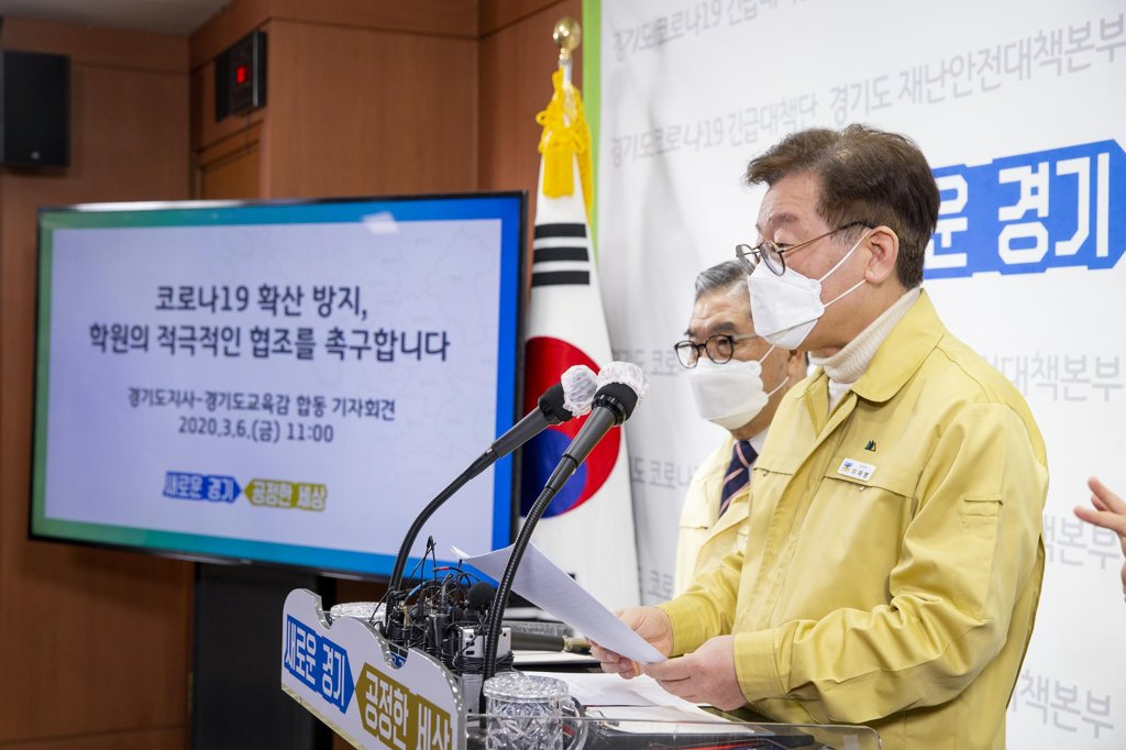 This photo, provided by the Gyeonggi Province office, shows Gov. Lee Jae-myung speaking at a press conference in Suwon, south of Seoul, on March 6, 2020. (Yonhap)