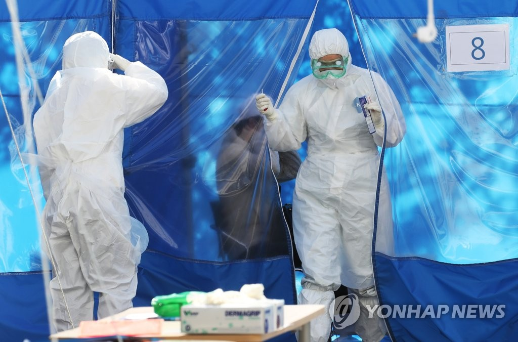 This photo taken on March 20, 2020, shows health workers at a coronavirus testing clinic at Bundang Jesaeng Hospital in Seongnam, south of Seoul. (Yonhap)