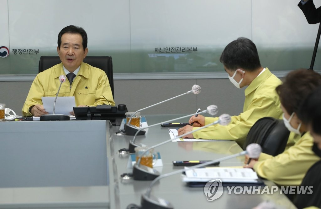 Prime Minister Chung Sye-kyun (L) presides over a pan-government meeting on new coronavirus responses at the government complex building in Seoul on March 26, 2020. (Yonhap)