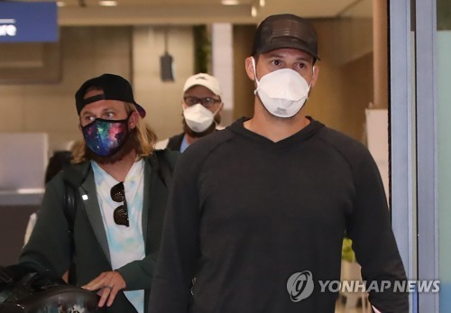 (LEAD) Foreign baseball players back in S. Korea from overseas ordered into 2-week self-isolation