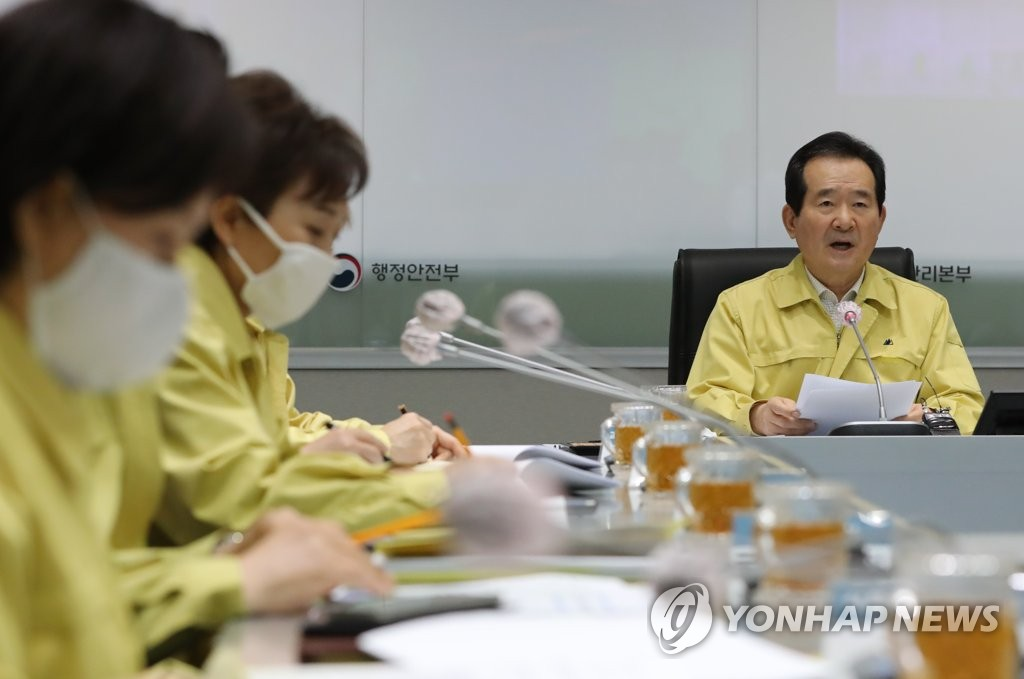 Prime Minister Chung Sye-kyun (R) speaks during a government meeting to discuss measures against the new coronavirus at the government complex in Seoul on March 29, 2020. (Yonhap)